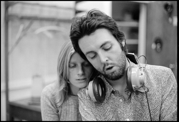Paul McCartney descubre video de Heart of the Country con Linda McCartney
