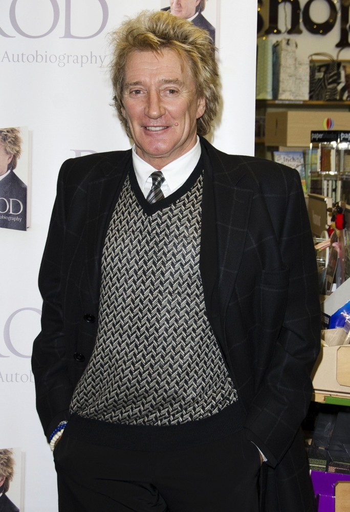 rod-stewart-signs-copies-book-rod-the-autobiography-01