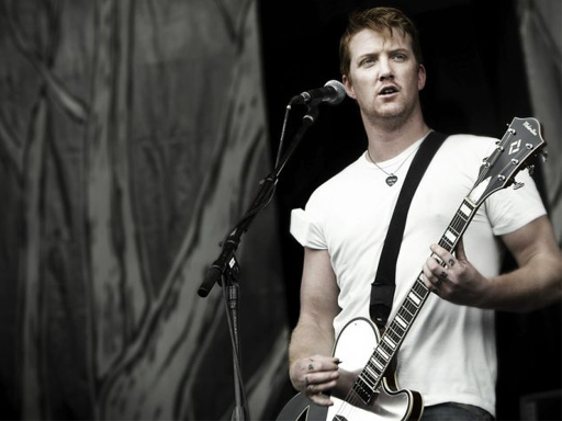 Josh-Homme-queens-of-the-stone-age-263999_512_384