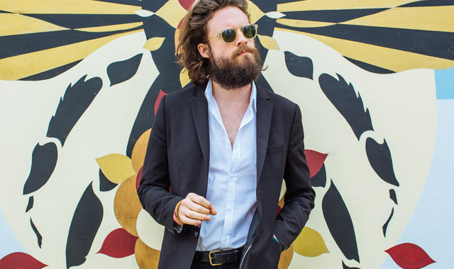 "Father John Misty seduce desde el vídeo de ""The Night Josh Tillman Came To Our Apartment"" 1"